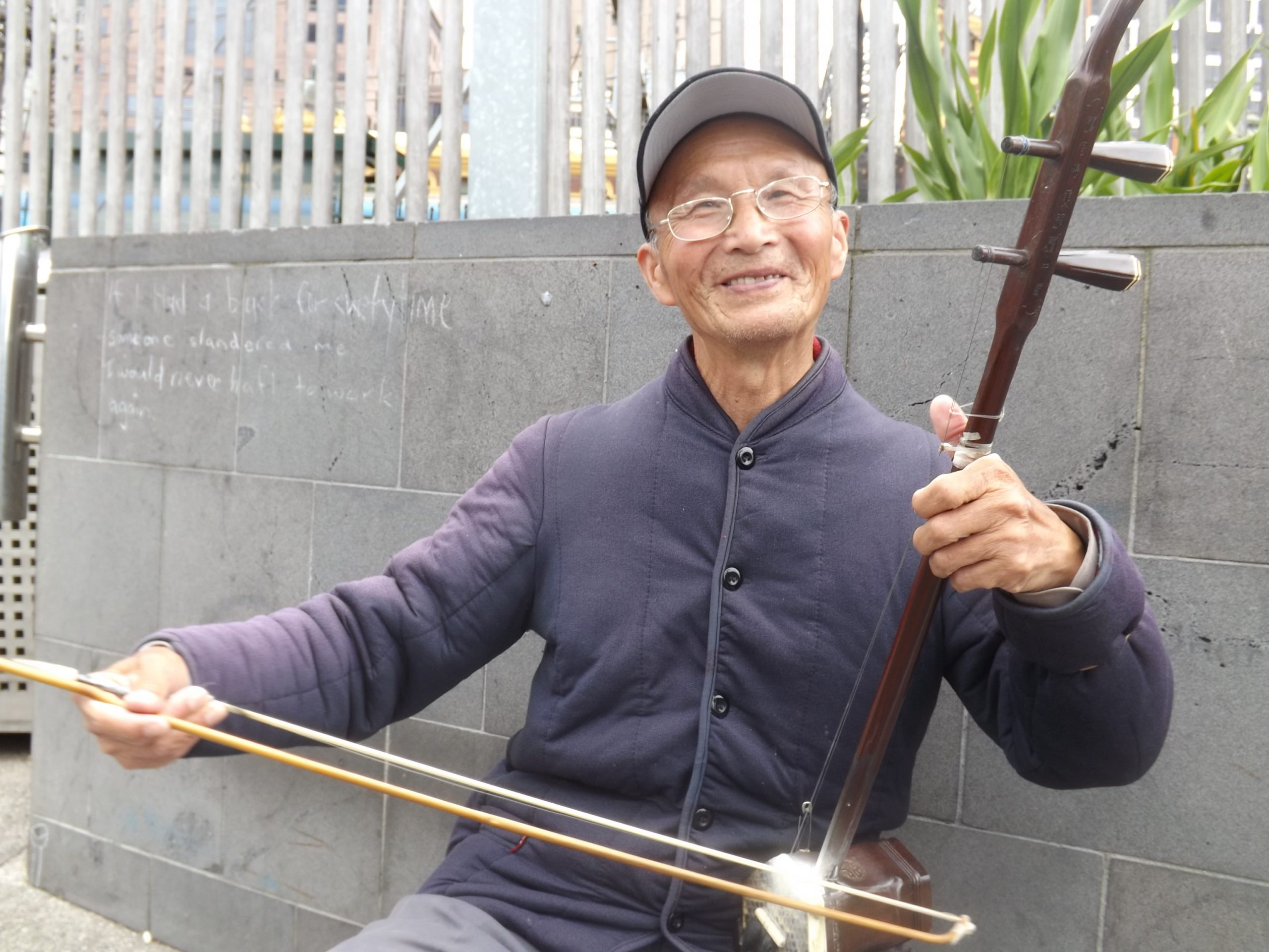 Man_playing_an_Erhu_in_Melbourne