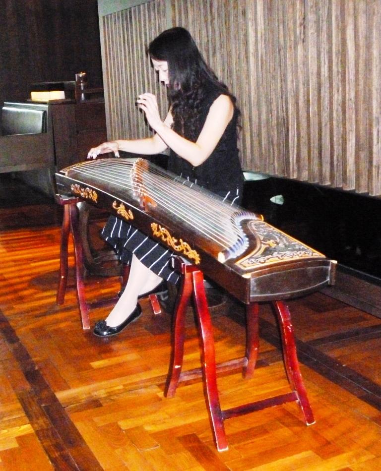 Woman_playing_guzheng_in_Taipei._2010