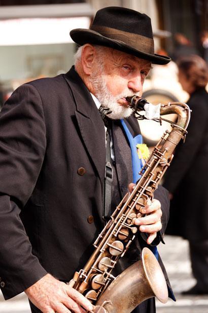 playing-saxophone-871291665036ZmX